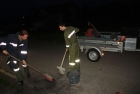 Öl auf Fahrbahn wird von Einsatzkräften gebunden