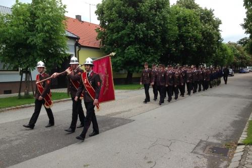 Marsch in die Kirche am Tag der Feuerwehr